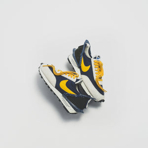Nike x Undercover WMNS Daybreak - Obsidian / Gold Dart / Sail Image 2