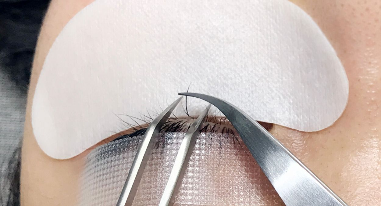 how to apply eyelash extensions to bottom lashes 2