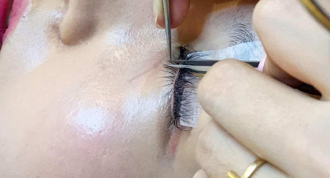 Bottom lash extensions How to Tutorial: Precaution