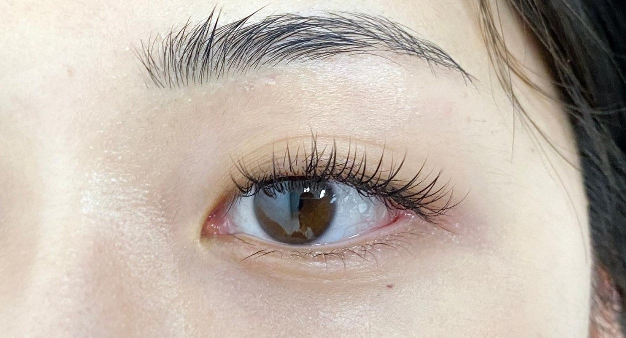 mascara with eyelash extensions - before