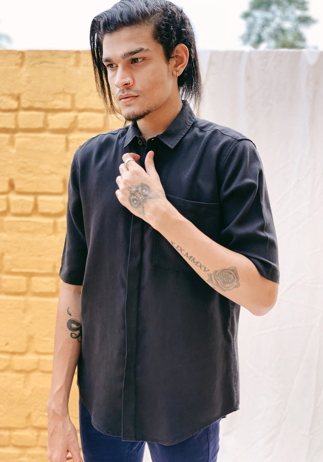SHORT SLEEVED SHIRT WITH A HIDDEN PLACKET