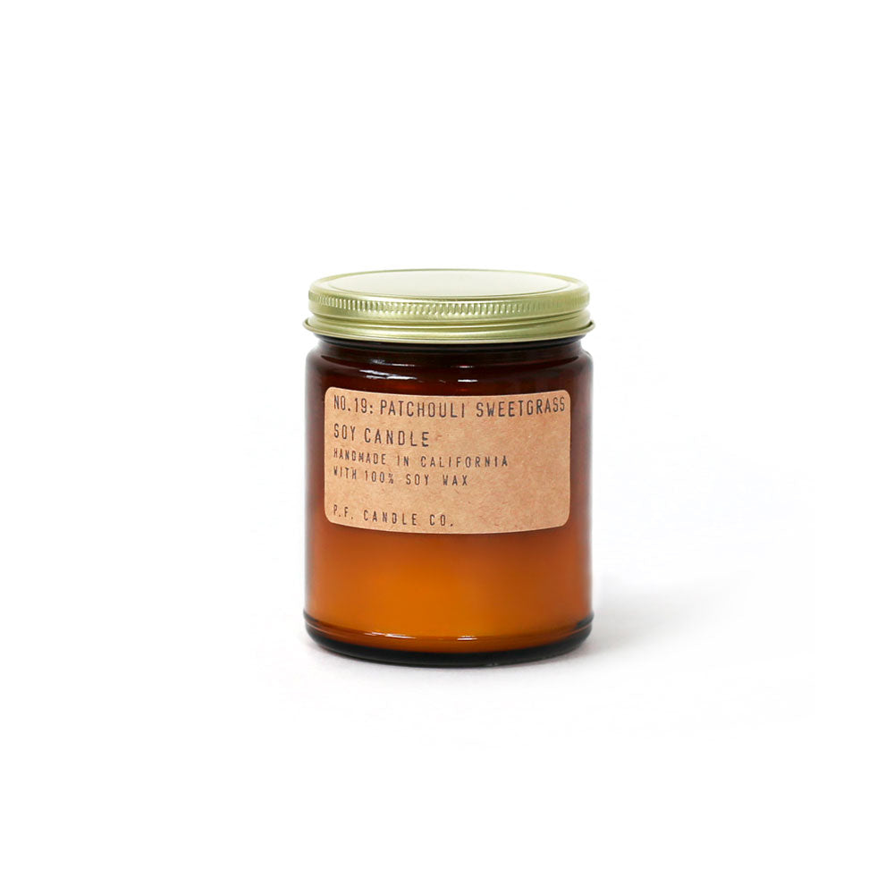 P.F. Candle Co Soja Duftlys No. 19 Patchouli Sweetgrass