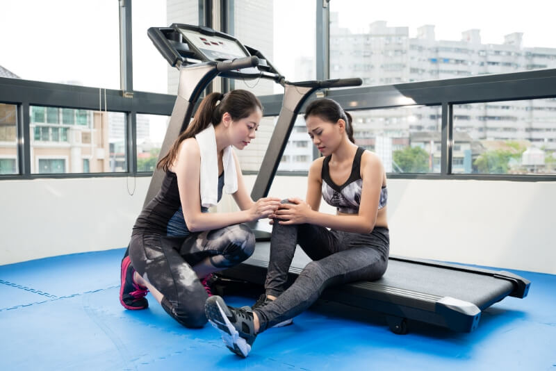 women-with-knee-pain-on-treadmill