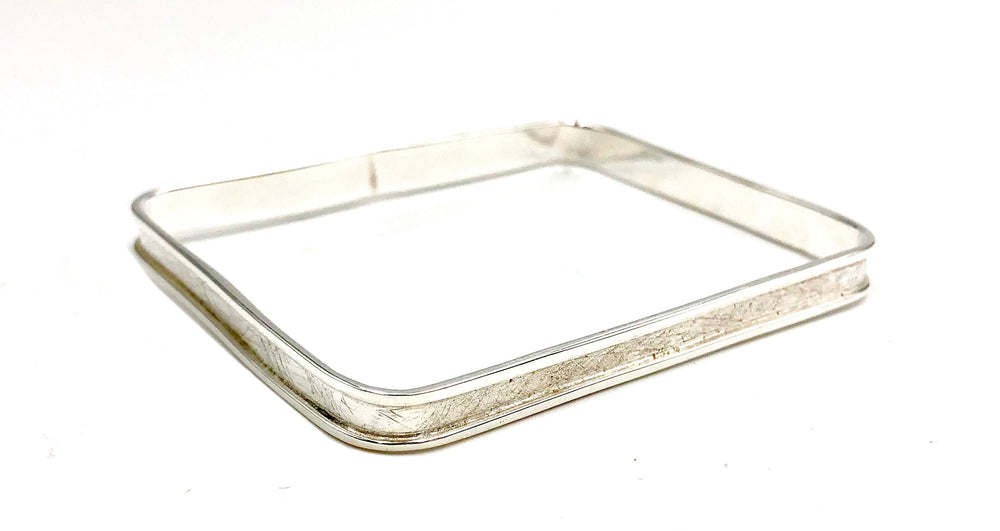 STERLING SILVER SQUARE WITH LIP BANGLE
