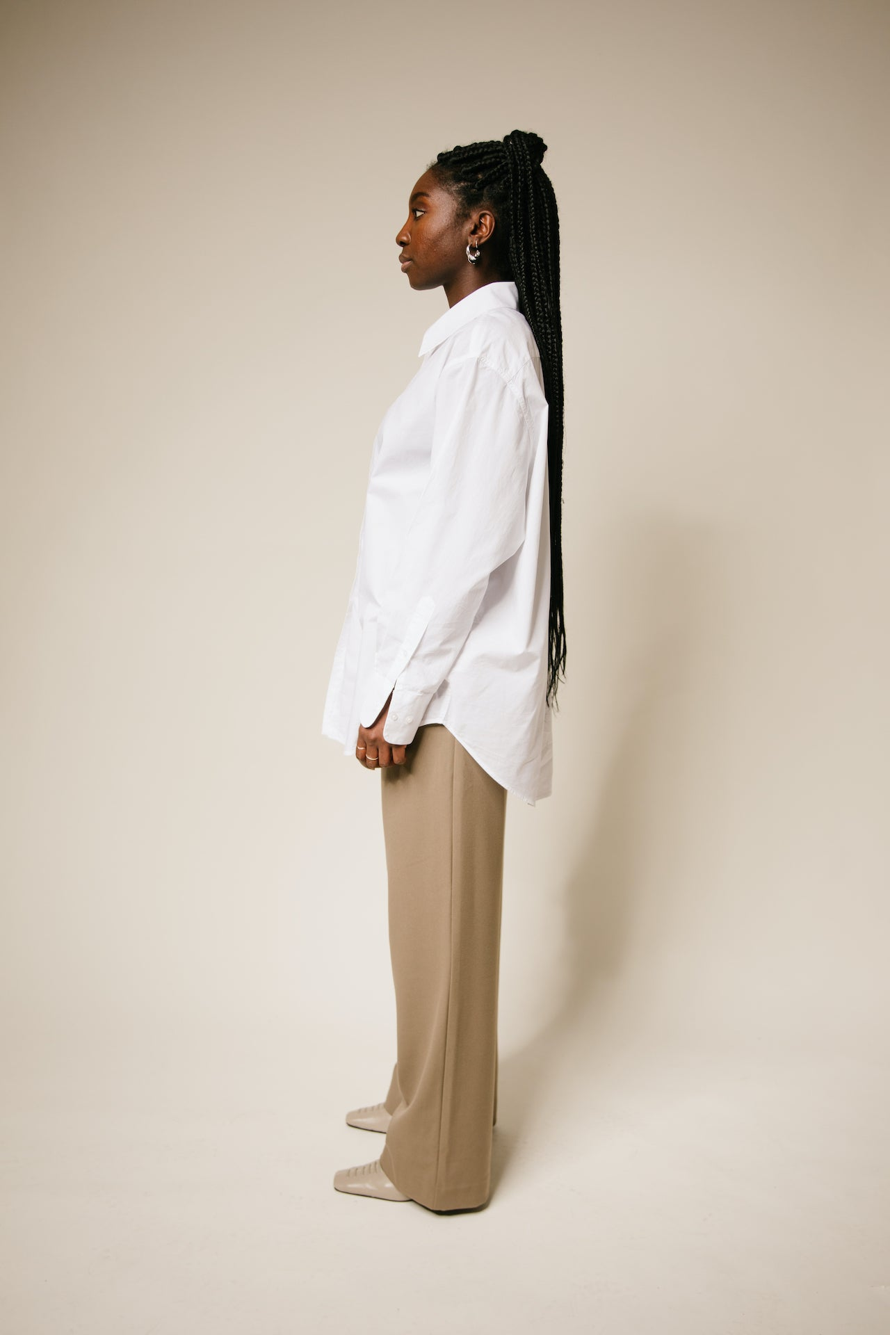 The oversize blouse by ASHES AND SOIL is the perfect, elegant, and casual top in an oversized fit. It has a wide collar, gently sloping shoulders, and a rounded hem. Material: Organic cotton 100%