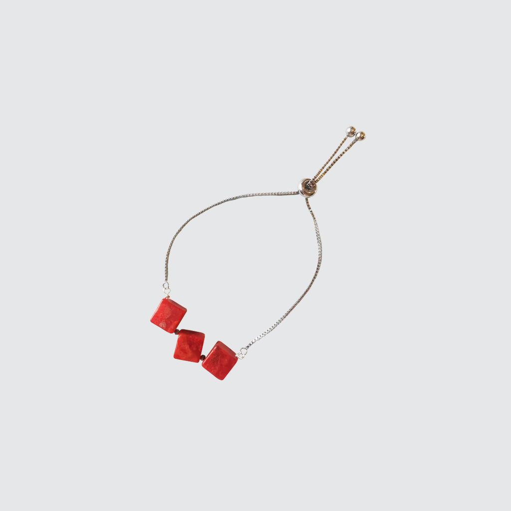 Casual bracelet with red, square corals