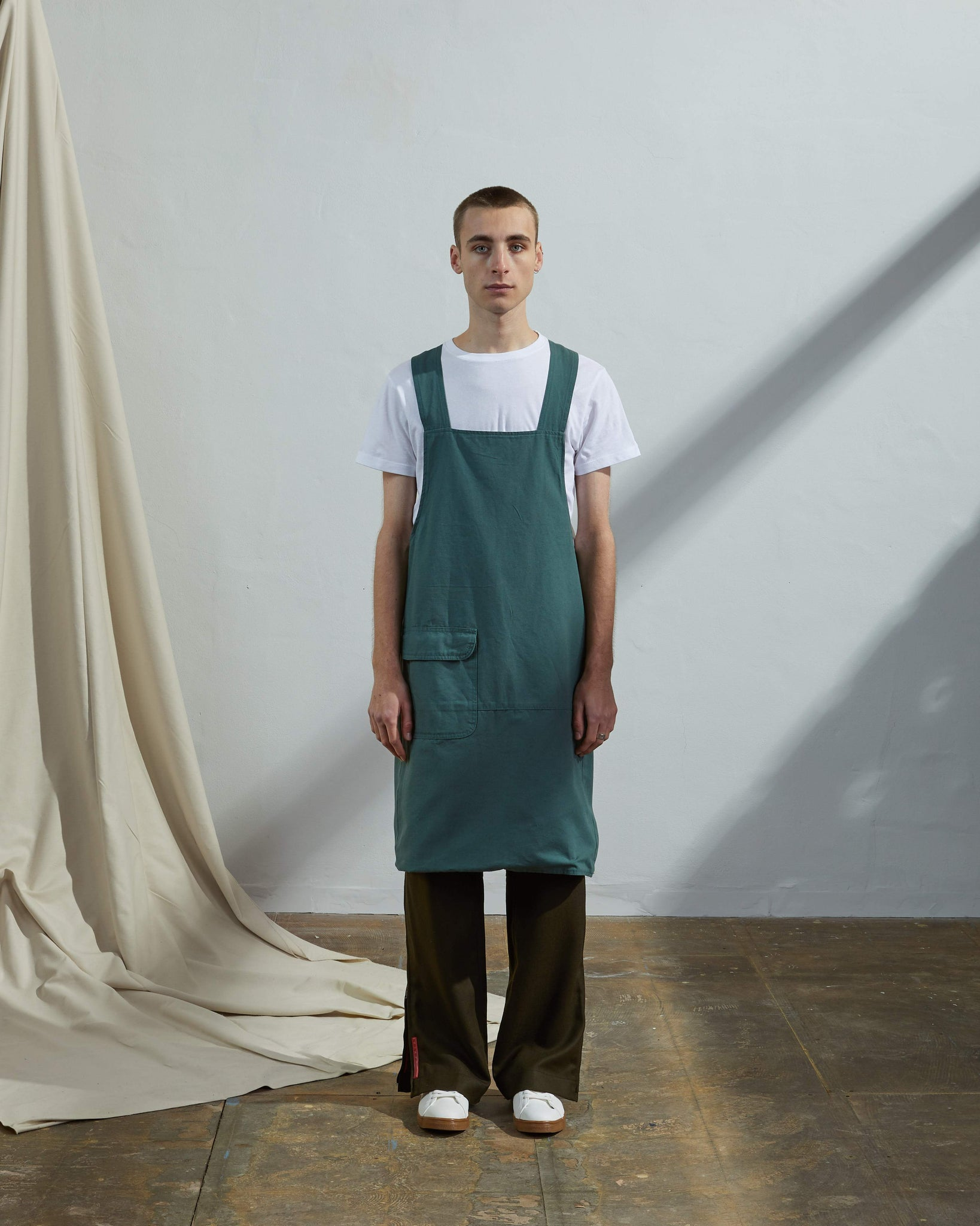 Front shot Uskees unisex organic cotton no-tie cross back work apron with front pocket