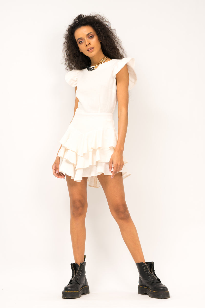 Cambered dress with ruffles and short sleeve