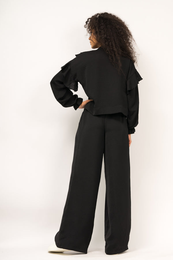 Ruffled blouse with detail on the neckline