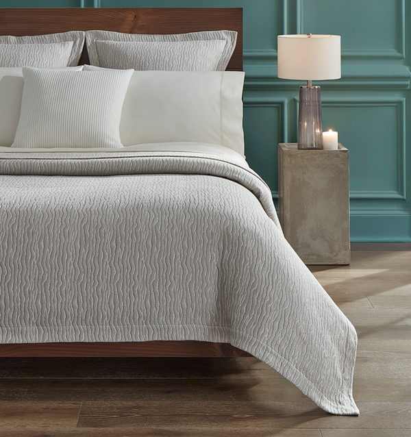 SFERRA Ondate is rendered in a two-toned yarn-dye weave that reminisces undulating wavelets.