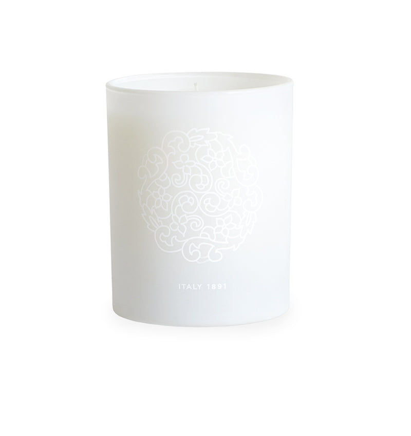 The SFERRA Bellini Candle Bellini is infused with fruity notes of peach, mandarin, and balanced with natural tones of jasmine and rose petals.