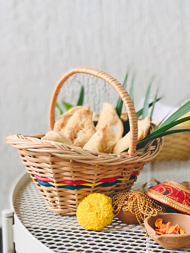 DAISYLIFE natural wicker basket for serving festive food