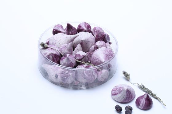 The soothing fragrance of lavender highlights the mix of fruits, edible flowers and meringues.
