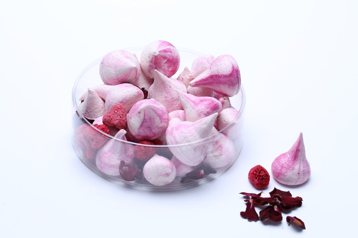 Raspberry meringues made with rosewater give this potpourri a sweet and enveloping fragrance.