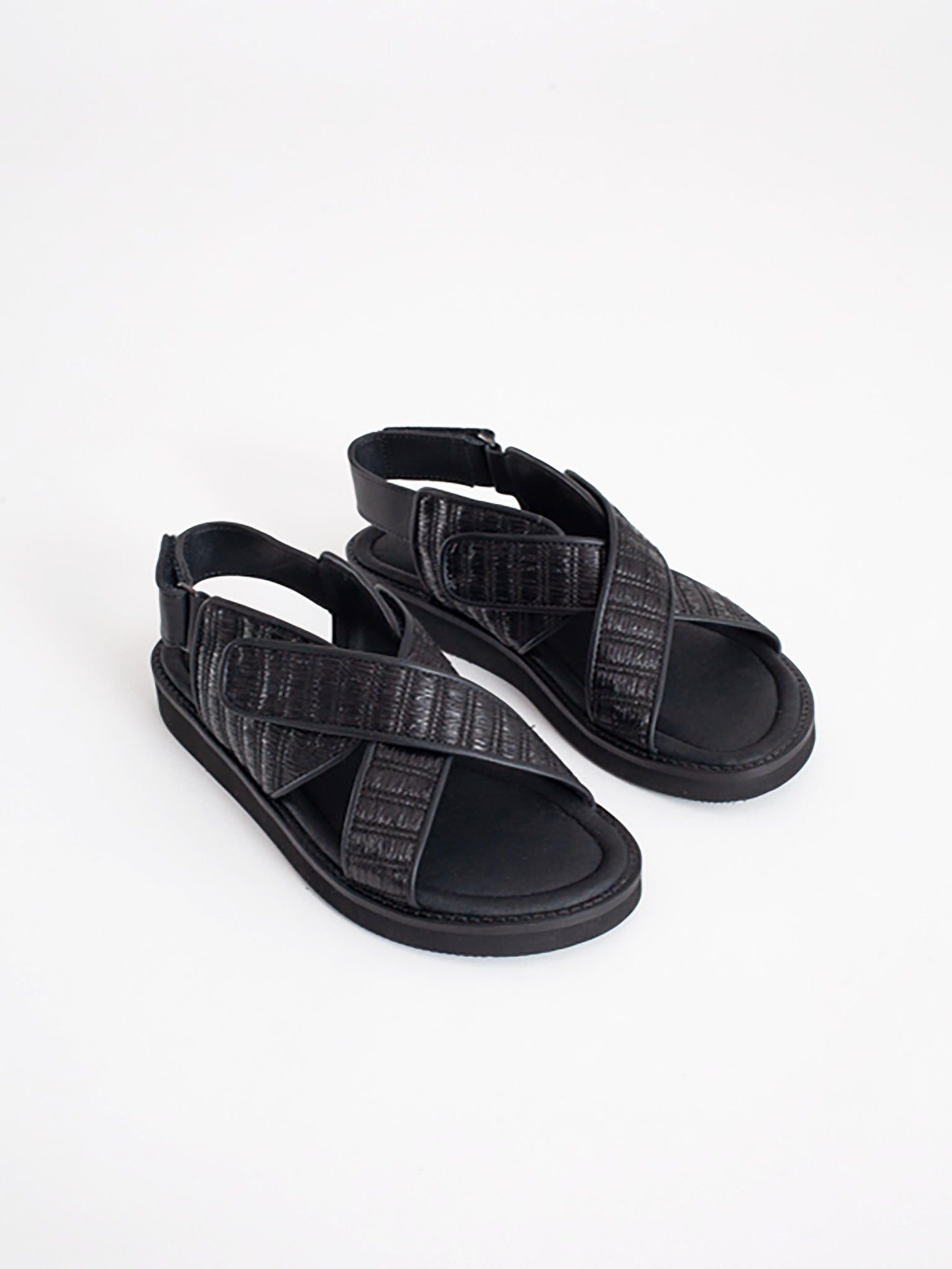 There sandals, black
