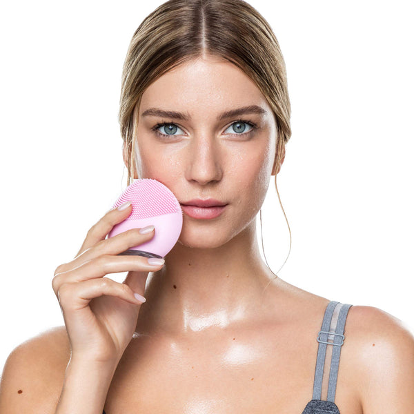 FOREO LUNA mini 2 Facial Cleansing Brush and Portable Skin Care device made with Ultra Hygienic Soft Silicone for Every Skin Type USB Rechargeable Pearl Pink - gift-siri
