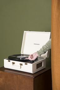 Crosley Radio Europe | Portfolio cream Bluetooth record player