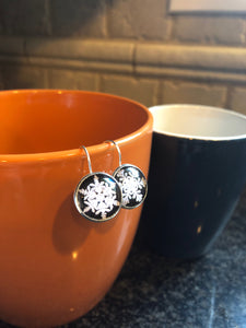 Snowflake glass cabochon earrings - 16mm