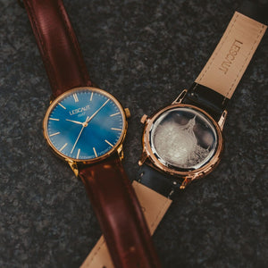 LESCAUT horloge the flagship close-up quartz blauw wijzerplaat scheldeblauw geel gouden horlogekast bordeaux leer bandje Yellow gold case deep blue dial burgundy watch strap