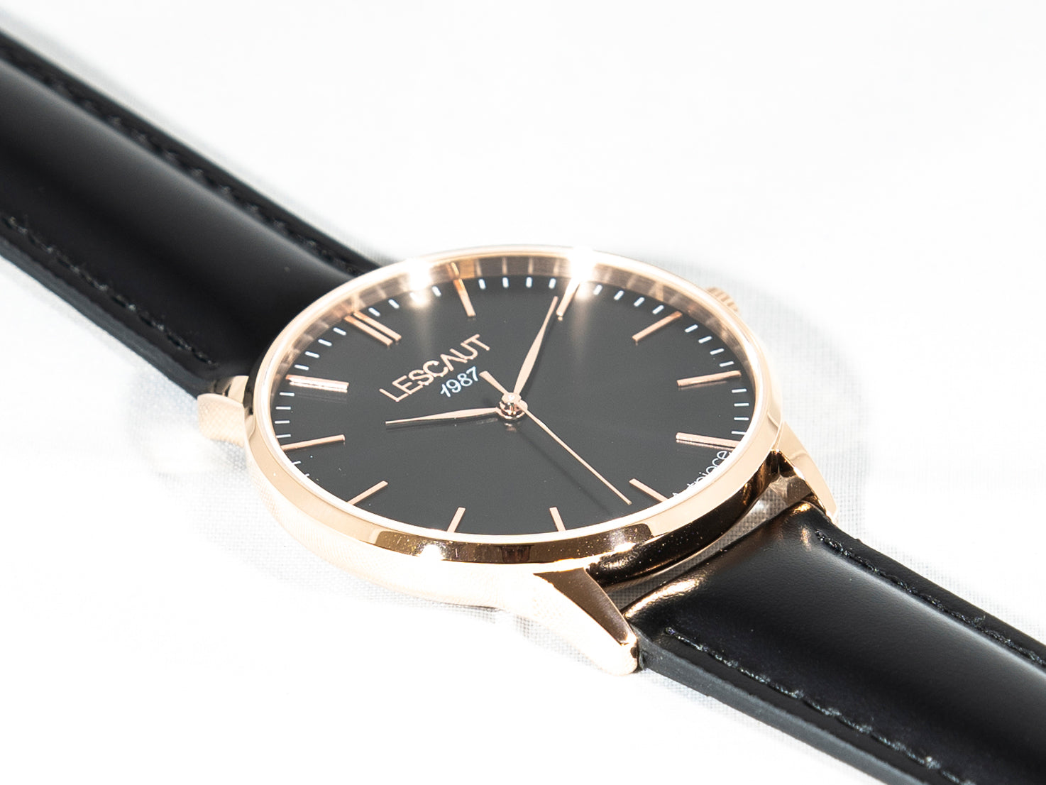 LESCAUT horloge the pink mavin close-up quartz zwarte wijzerplaat roze gouden horlogekast zwart leer bandje pink gold case deep black dial black leather watch strap