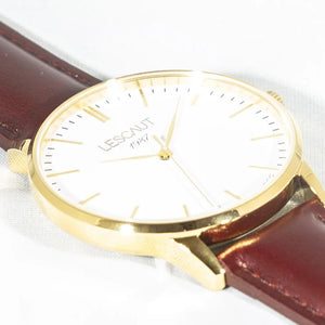 LESCAUT horloge close-up geel gouden kast witte wijzerplaat bordeaux leder bandje Watch yellow gold case white dial burgundy leather strap