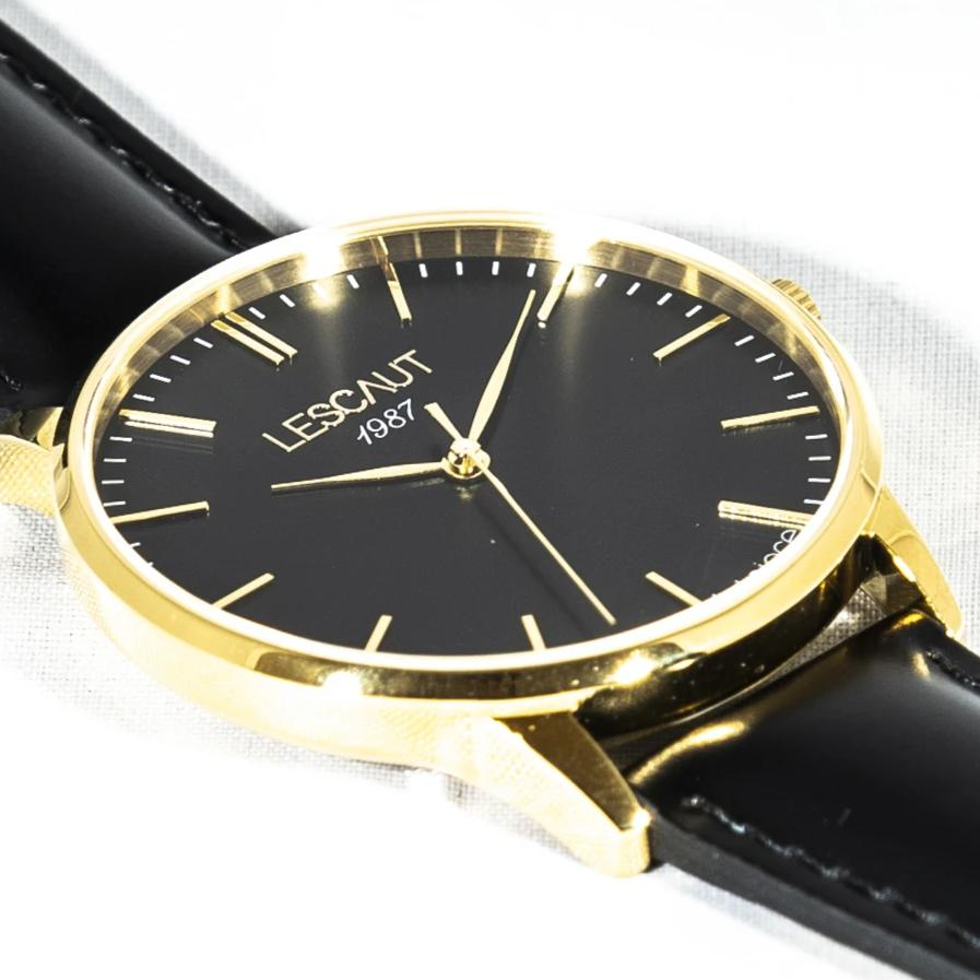 LESCAUT horloge the gold mavin close-up quartz zwarte wijzerplaat geel gouden horlogekast zwart leer bandje Yellow gold case deep black dial black leather watch strap