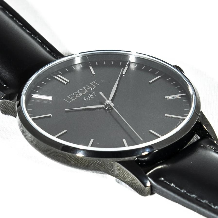 LESCAUT Black Hand horloge close-up zwart staal kast zwarte wijzerplaat zwart leder bandje Watch black steel case black dial black leather strap