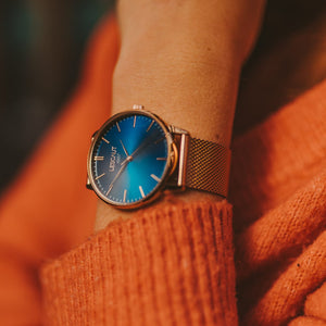 LESCAUT Sunset Escaut horloge close-up roze gouden kast blauw scheldeblauw wijzerplaat zwart leder bandje Watch pink gold case blue dial black leather strap