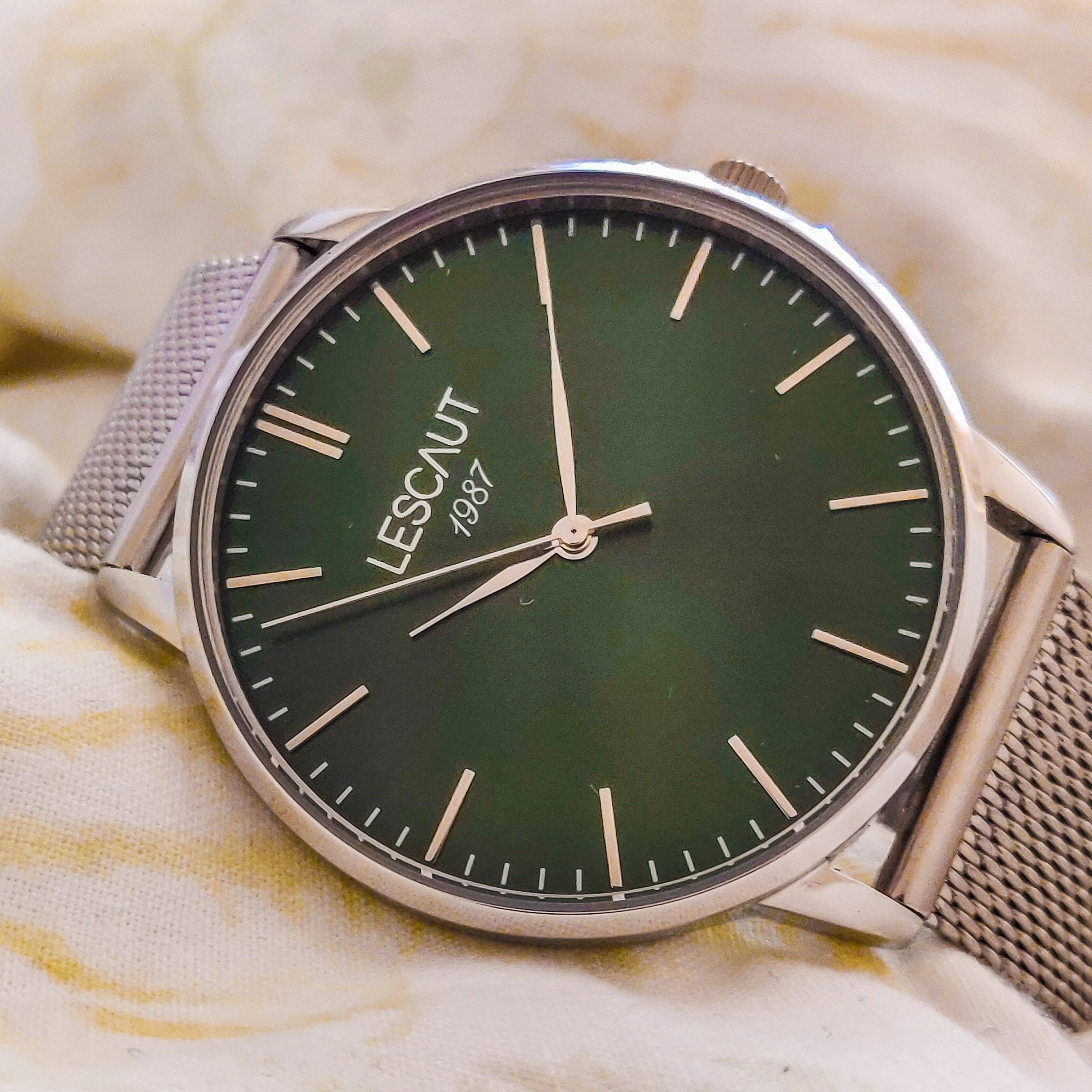 LESCAUT Emerald Collection close-up quartz horloge groene wijzerplaat staal zilver kast mesh bandje Green dial face watch silver steel case Milanese strap