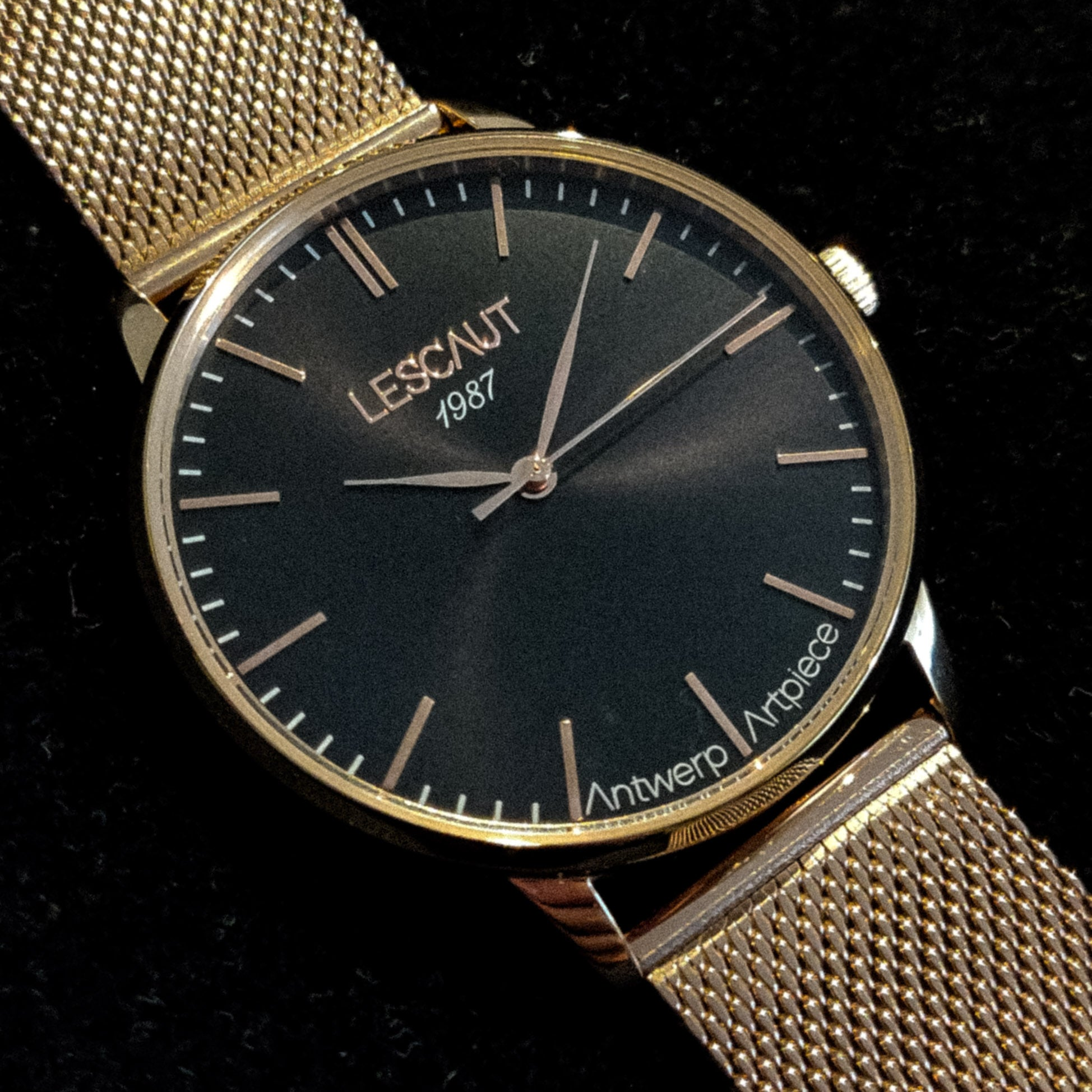 LESCAUT horloge the pink mavin close-up quartz zwarte wijzerplaat roze gouden horlogekast roze goud Milanese bandje pink gold case deep black dial pink gold mesh watch strap