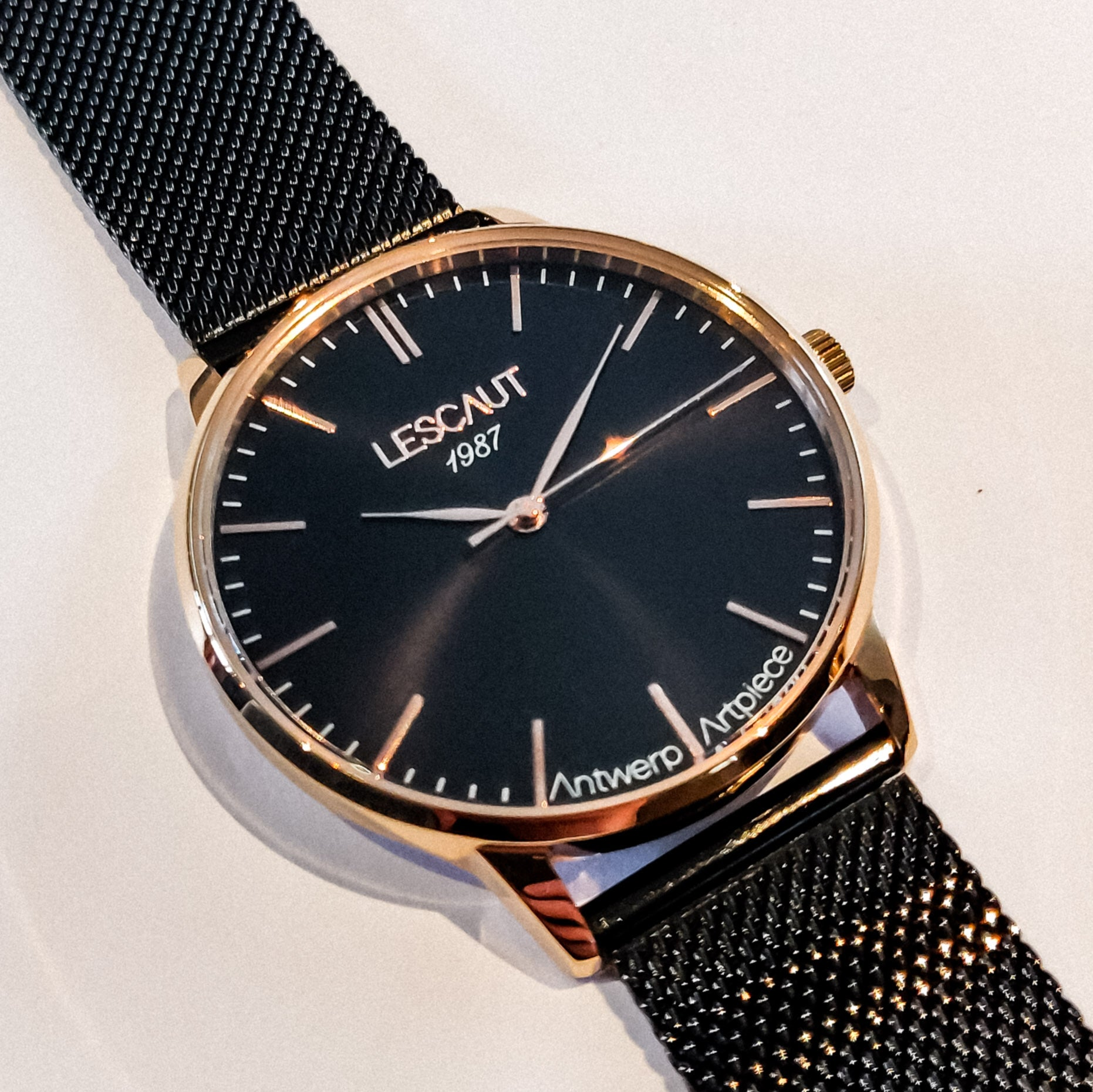 LESCAUT horloge the pink mavin close-up quartz zwarte wijzerplaat roze gouden horlogekast zwart staal Milanese bandje pink gold case deep black dial black steel mesh watch strap
