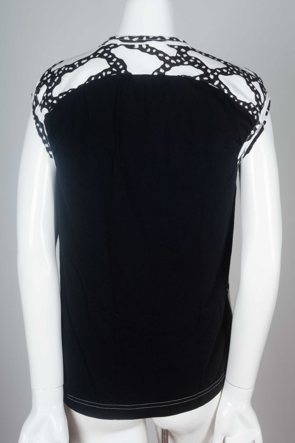 Black back of this Comme des Garçons 2010 black and white sleeveless t-shirt with sinuous graphic design.