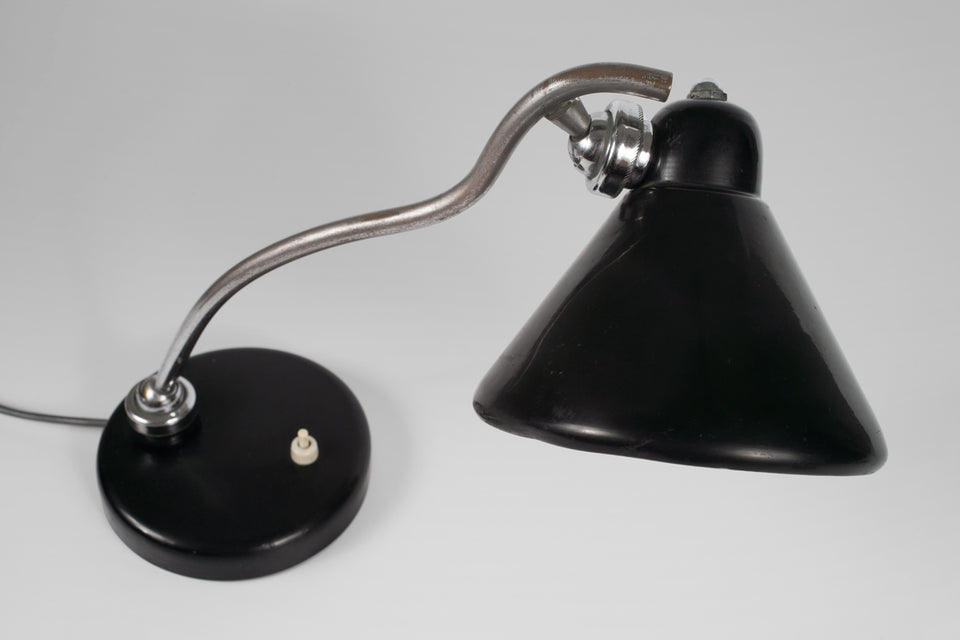 Mid-Century Italian table lamp in black with aluminum shade and base and nickel-plated undulating neck shape.