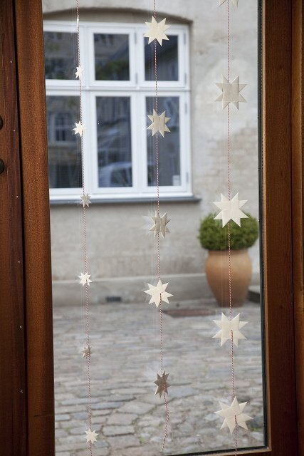 White garland with 5 flat folded stars on Dannebrog string L