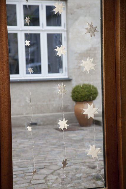 White garland with 5 flat folded stars on a white string M
