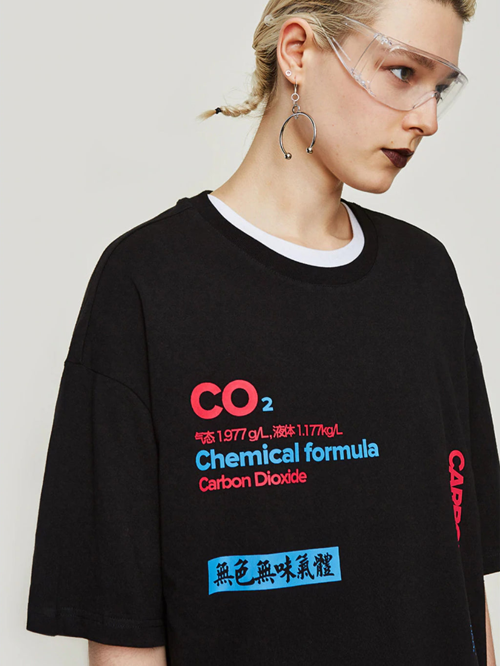 "Carbon Dioxide ""二氧化碳"" Tee in Black"