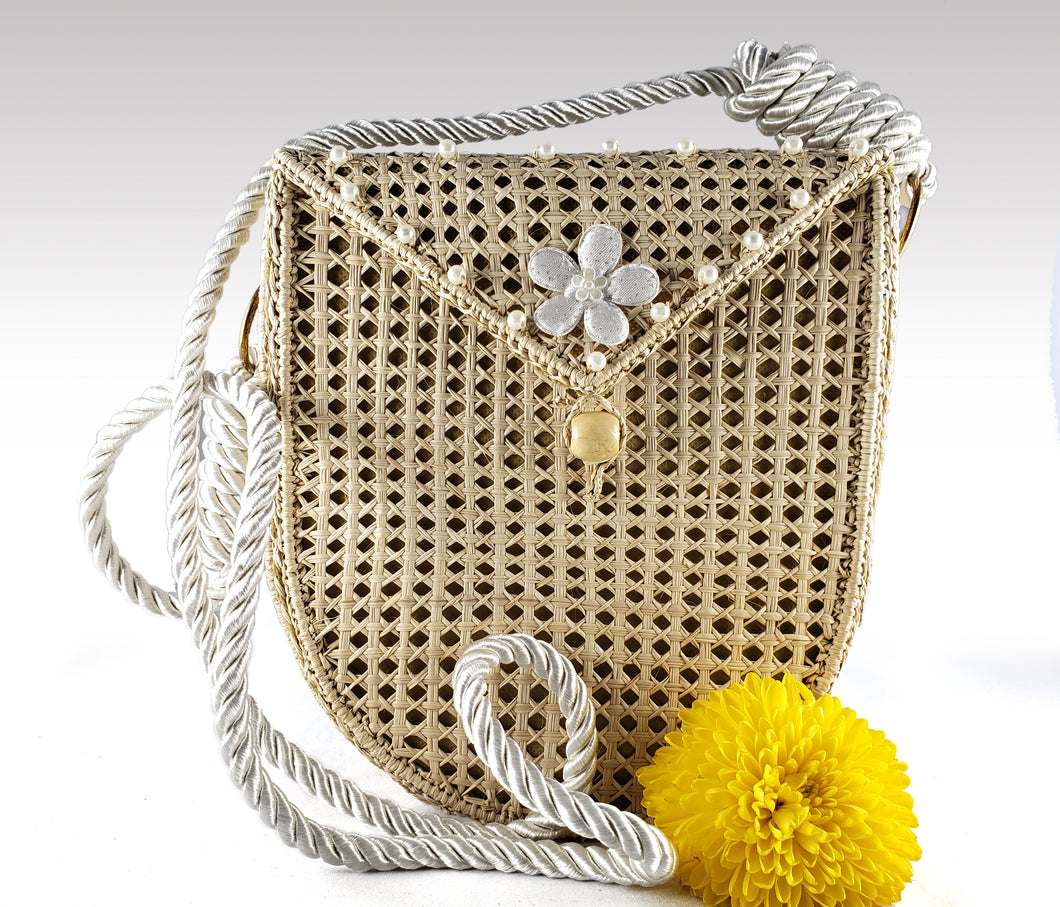 Arianna - Iraca Palm Authentic Handmade Handbag with white handle and flower accent