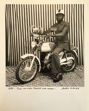 Load image into Gallery viewer, Malick SIDIBÉ - Sur ma moto Peugeot avec casque