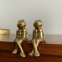 Load image into Gallery viewer, Pair of Vintage Brass Frogs