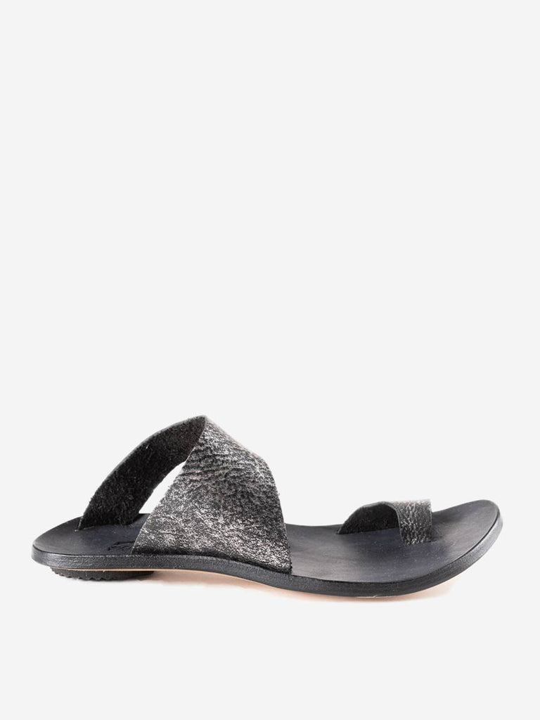thong sandal - metallic black