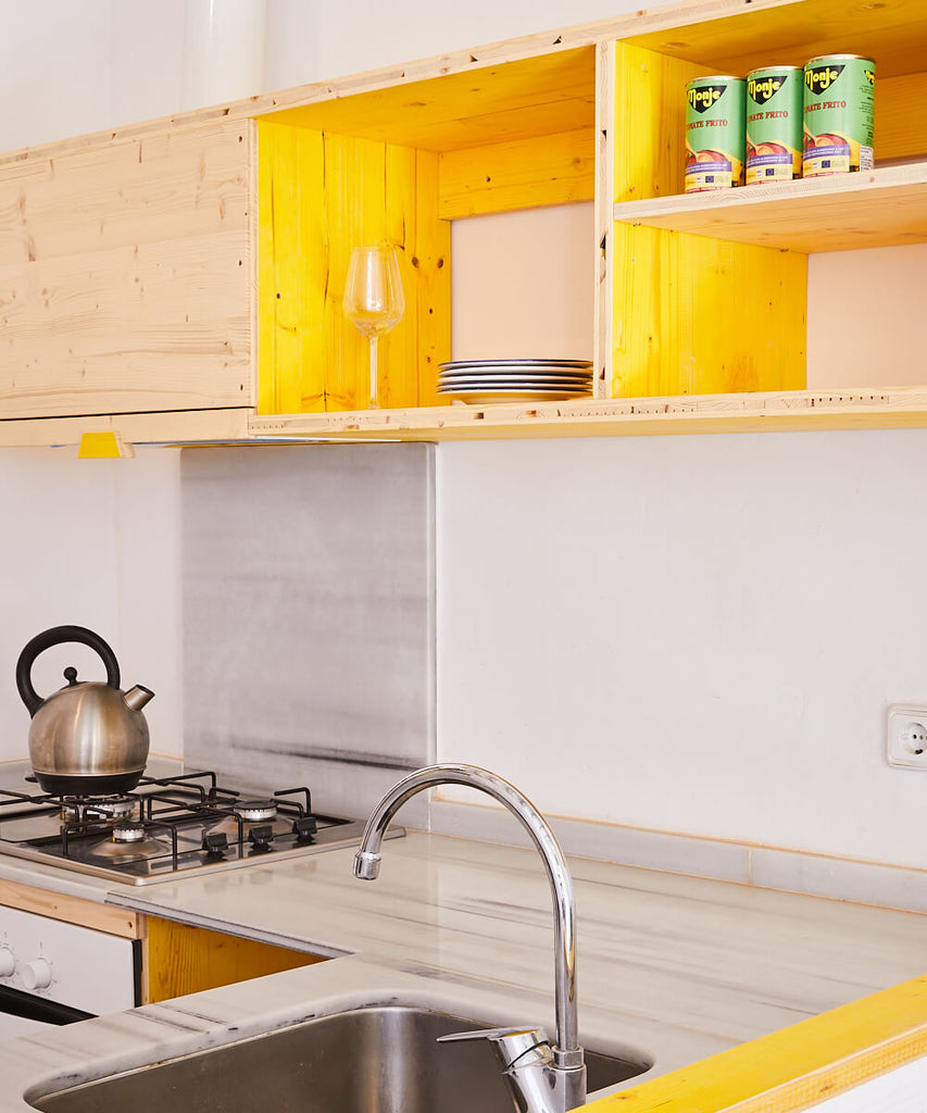 Yellow kitchen in Poble Sec flat