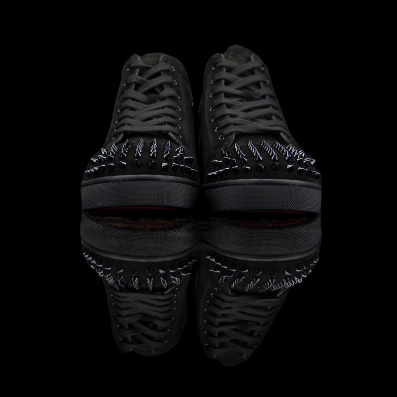 Christian Louboutin-Louis Flat High Spiked Toe-Pre Order Duration (3-5 Working Days) Product: 1140458 Colour: Black/Black Classic Material: Suede, Rubber Sole Mens Christian Louboutin Louis Spikes constructed in Flat Black Suede feature sleek looking spikes on toe box and quilted back. These sneakers are our latest addition and perfect for the classic fervent.-fabriqe.com