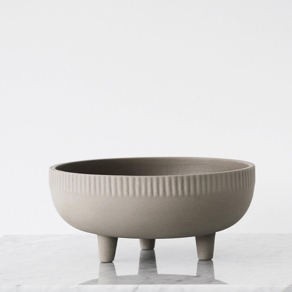 elevated 3 leg style makes the bowl stand out to become a great eye-catching piece