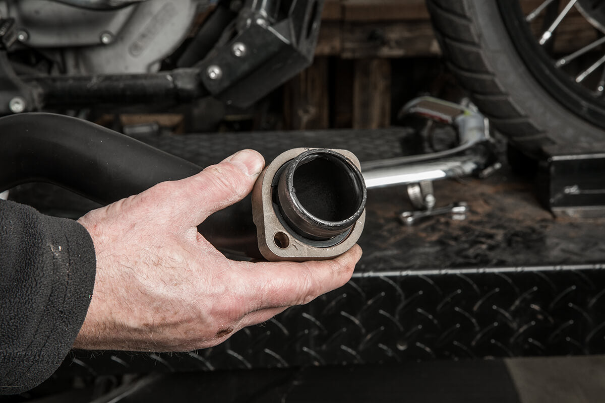 Before installing the pipes onto the cylinder heads, make sure the ring is sitting flush into the indent of the flange. - Lowbrow Customs - 2 into 1 by Kerker How to Install on Dyna