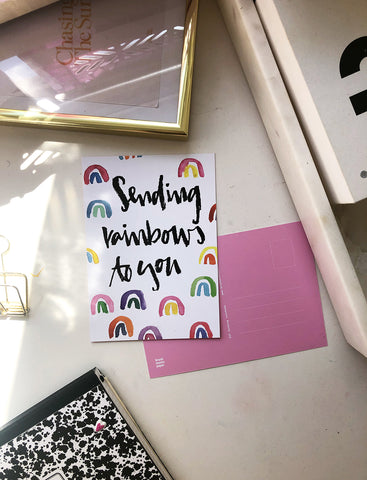 "Brush Lettering Postkarte ""Sending Rainbows"""