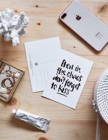 "Brush Lettering Postkarte ""Don't forget to kiss"""