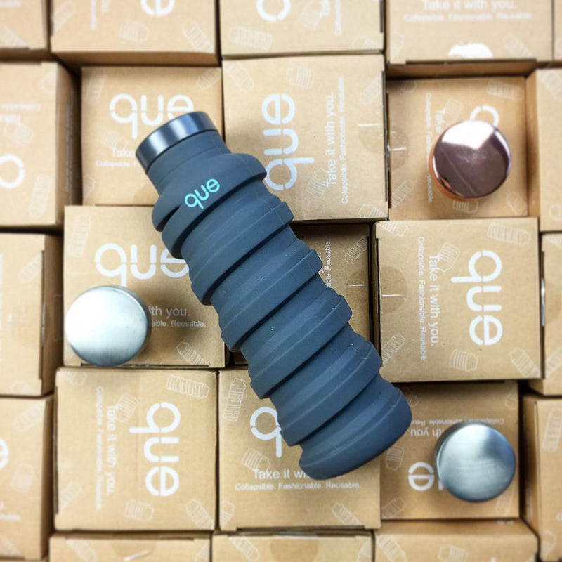 que Bottle – Collapsible, Lightweight & Eco-Friendly expanded and packaging view