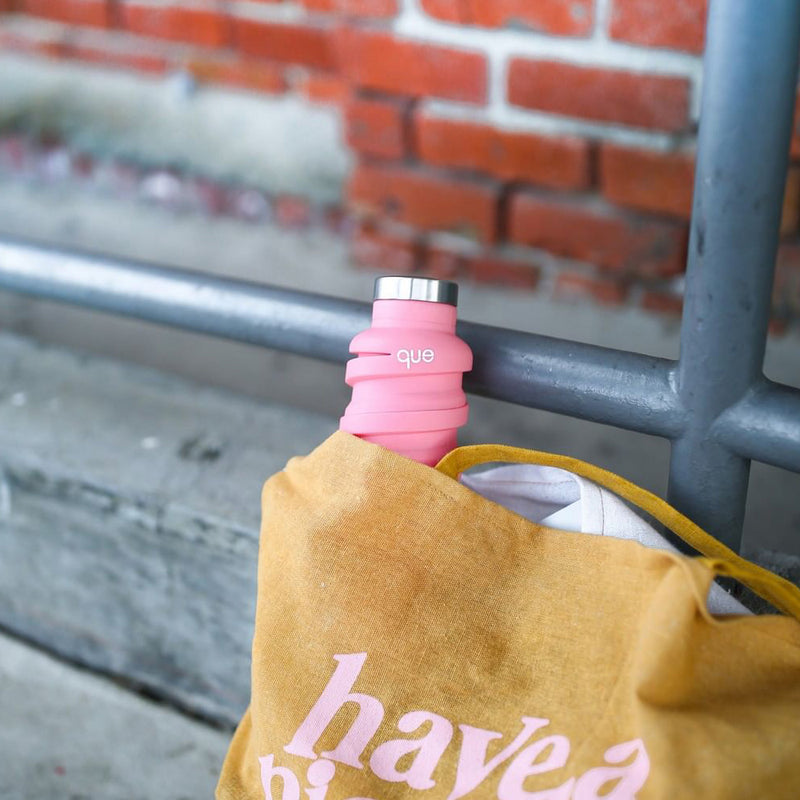 que Bottle – Collapsible, Lightweight & Eco-Friendly fits easily in tote bag