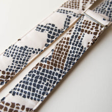 Vintage-style guitar strap made with 70s polyester 4