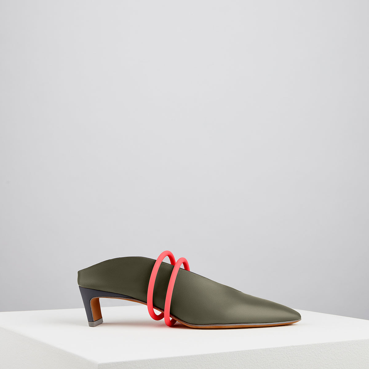 Load image into Gallery viewer, Piega Neon Mules Verde Oliva
